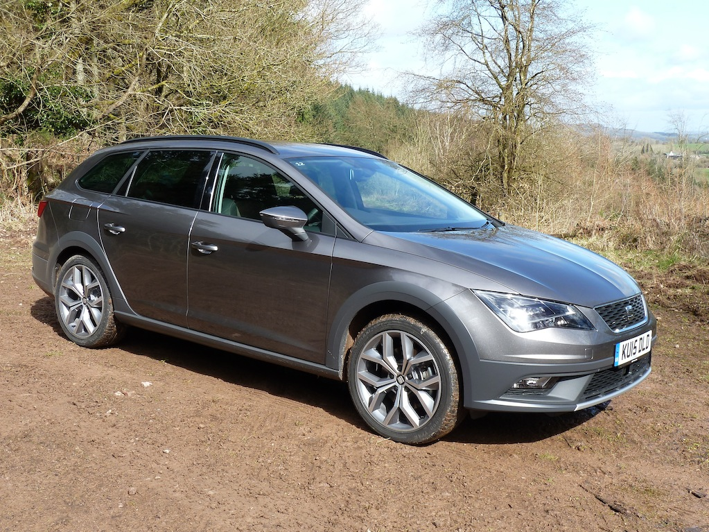 It's marginally 'taller' than the standard Leon, but the X-PERIENCE is still a stylish, a dynamic-looking machine.
