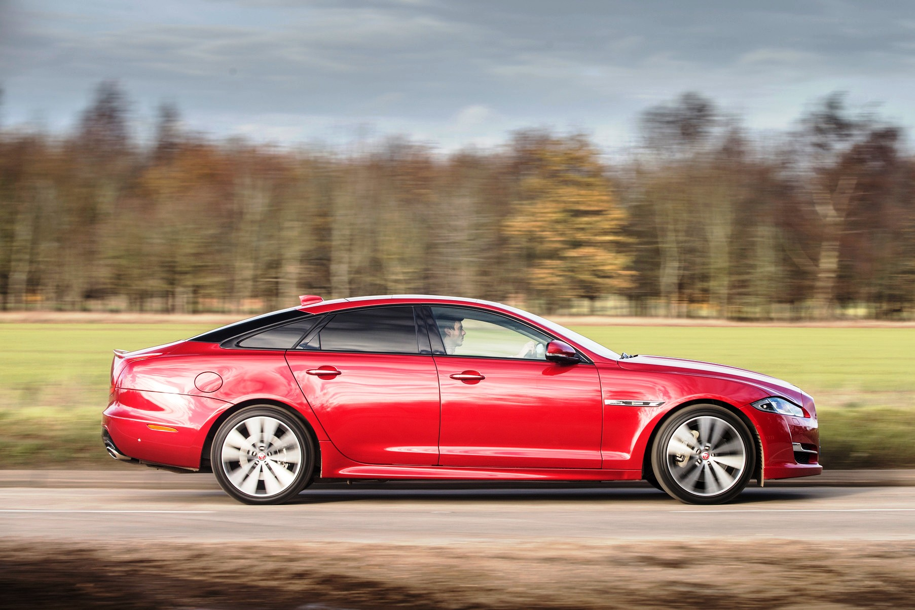 Jaguar XJ R-Sport side action