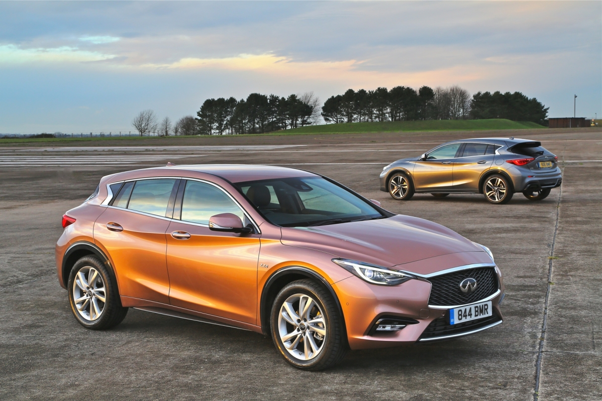 Infiniti Q30 twin car view