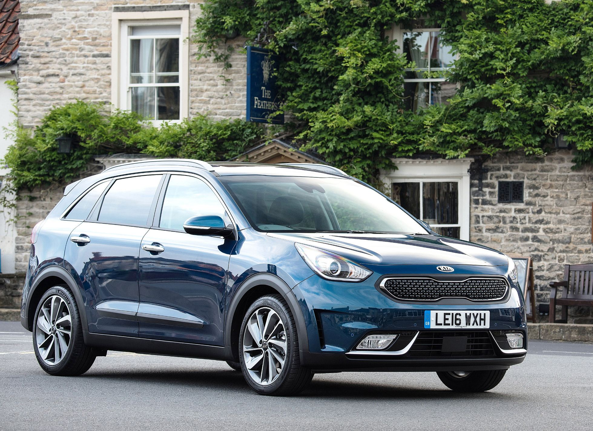 kia-niro-side-front-static