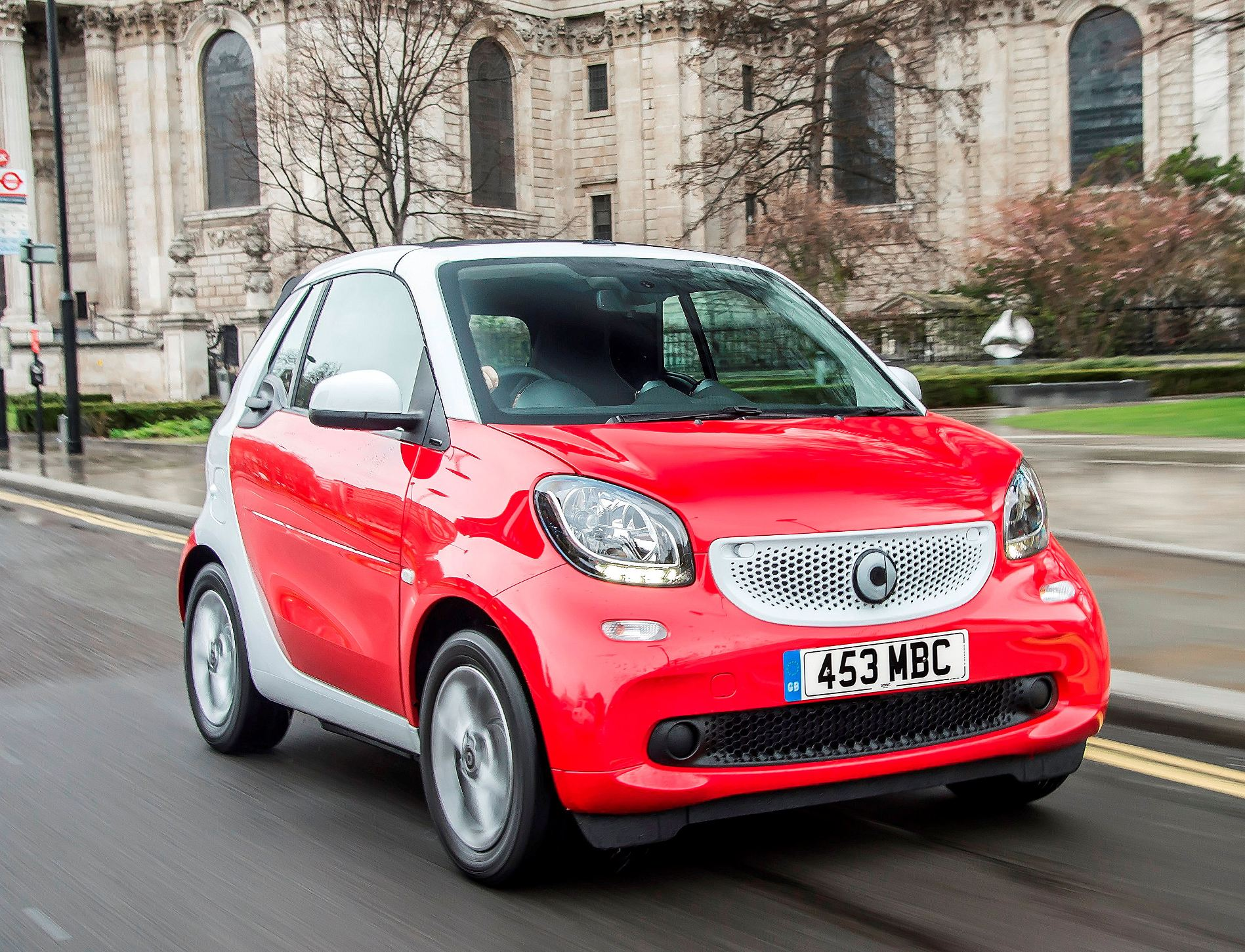 smart-fortwo-cabrio-front-city-action
