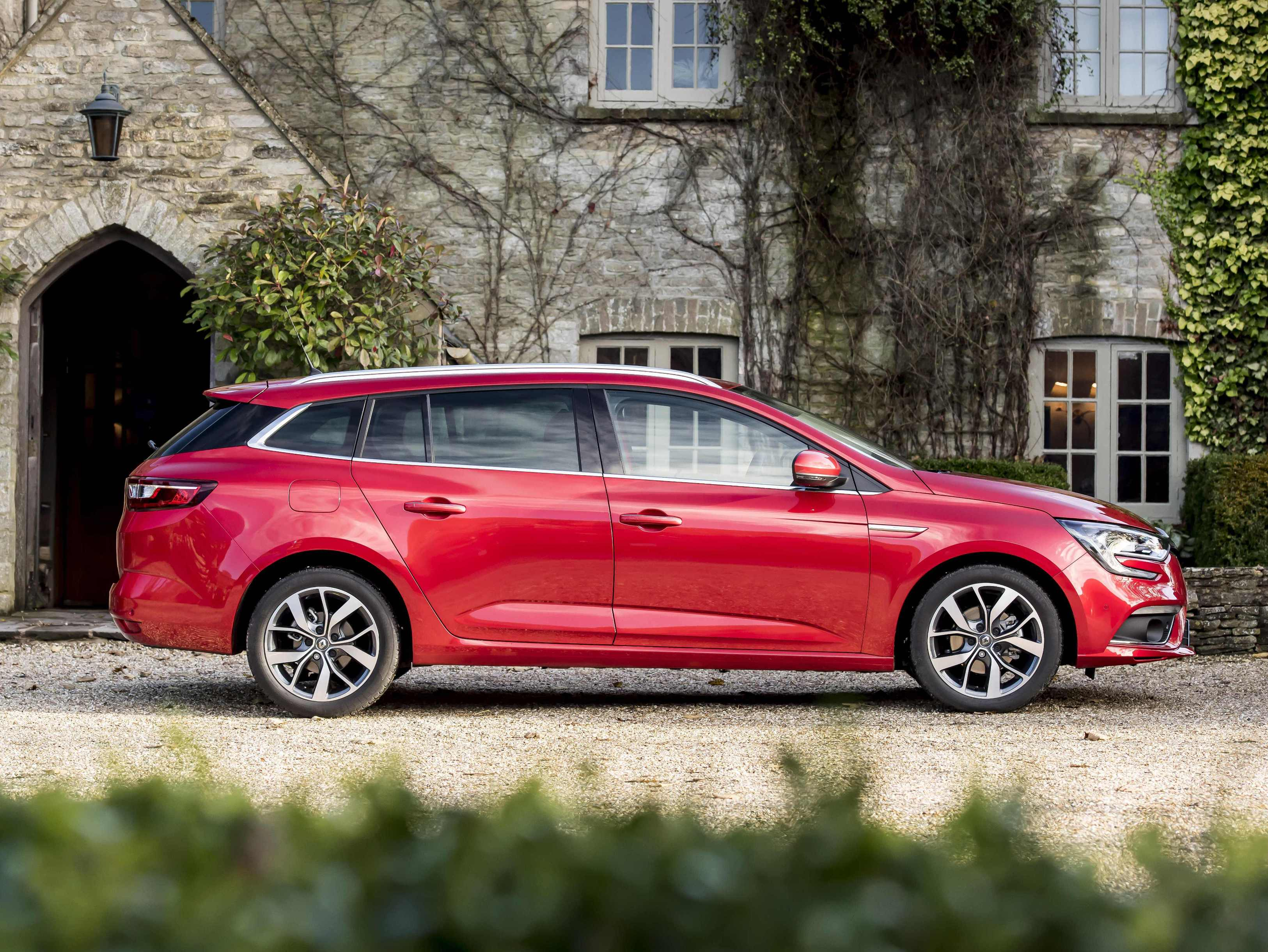 renaults-new-megane-sport-tourer-side-view